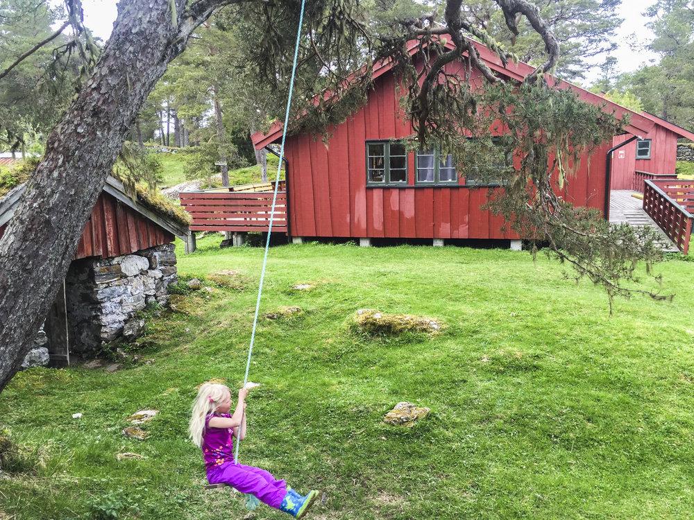 Fint tilrettelagt turområde med artige aktiviteter for barn, bl.a. husker, treklatring og zip-line.