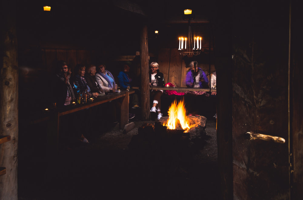 Vi går til bords rundt bålet i langhuset fra jernalderen -