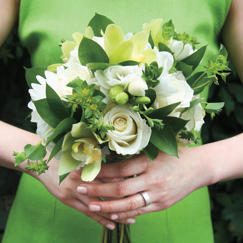 Modern Classic | Fresh white & green bouquet |Photo: Natalia Dolan