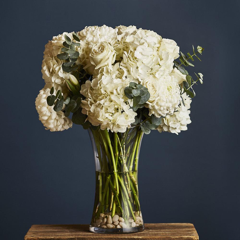 Classic Elegance | Display arrangement with garden roses and hydrangea