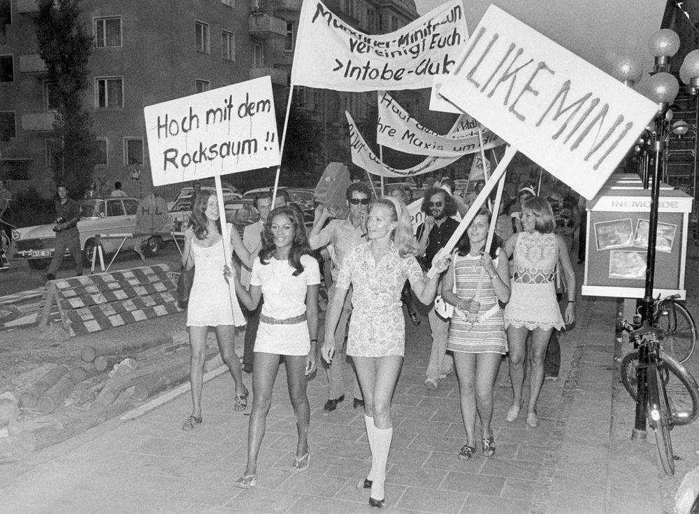 A Munich, les femmes ont manifestécontre le look «maxi» de la mode automne et hiver de 1970. Le retour aux jupes longues, non merci. (LOTHAR PARSCHAUER/PICTURE-ALLIANCE/DPA/AP IMAGES)