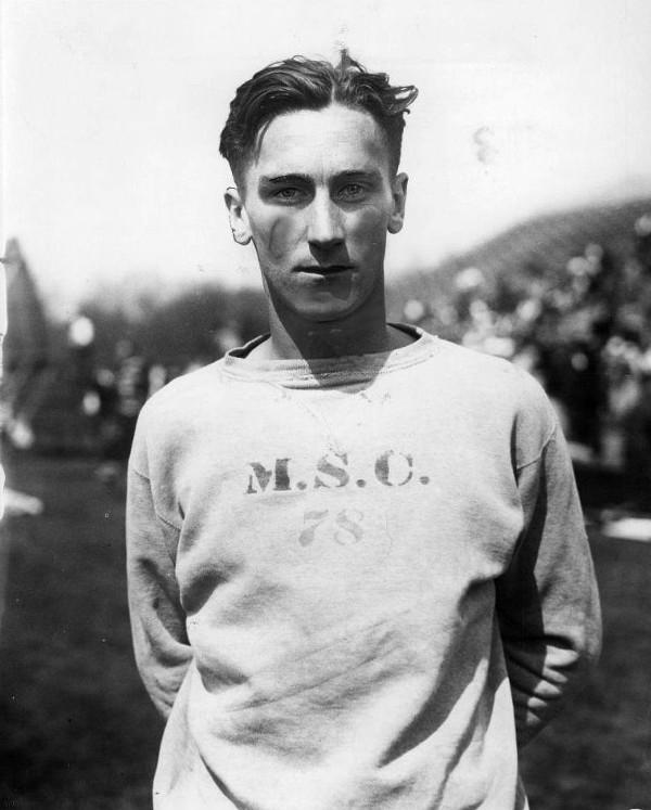 Benjamin Russell JR, joueur de football américain, en avait marre des pulls en laines lourds qui grattent. Il porte le modèle crewneck, dont on distingue à peine le triangle caractéristique à l'encolure.