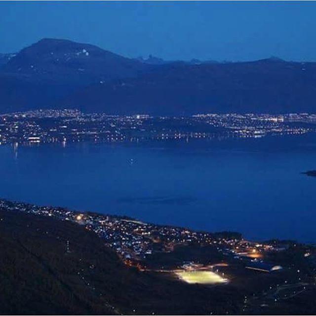 En kveldstur opp Rødtinden. Idyllisk🌃⛰ @gmt_fotografier_ #storelvtun #mountainlovers #tromsø