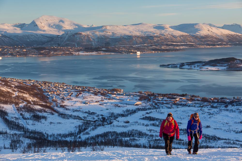 RØDTINDEN: Turglede på vei opp Rødtinden, et av Kvaløyas mest besøkte fjell.