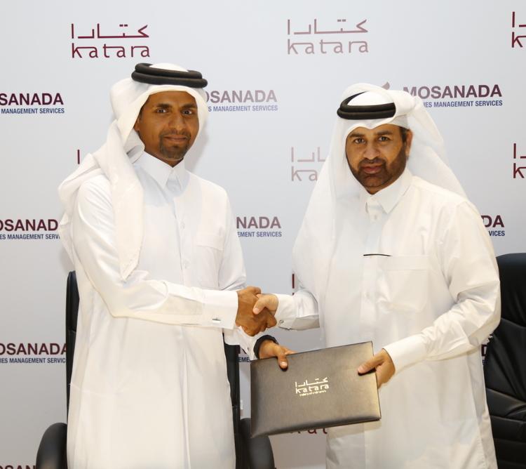 يحتفل رئيس مجلس إدارة مساندة السيد عبد العزيز آل محمود (اليسار) والدكتور خالد بن إبراهيم السليطي (اليمين) بالشراكة الجديدة بين مساندة لخدمات إدارة المرافق ومؤسسة كتارا.