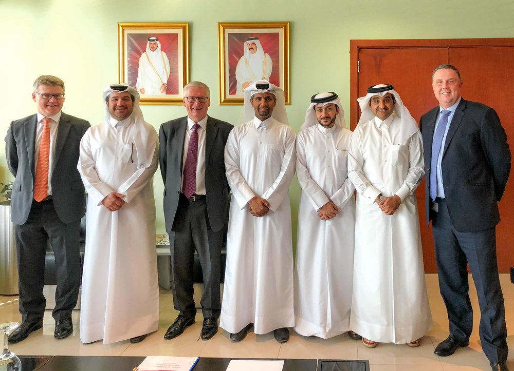 من اليسار إلى اليمين: إيان توماس, أحمد الملا, ستيف واتس, عبد العزيز آل محمود, إبراهيم الدرويش, خالد المهندي, مارك كوك
