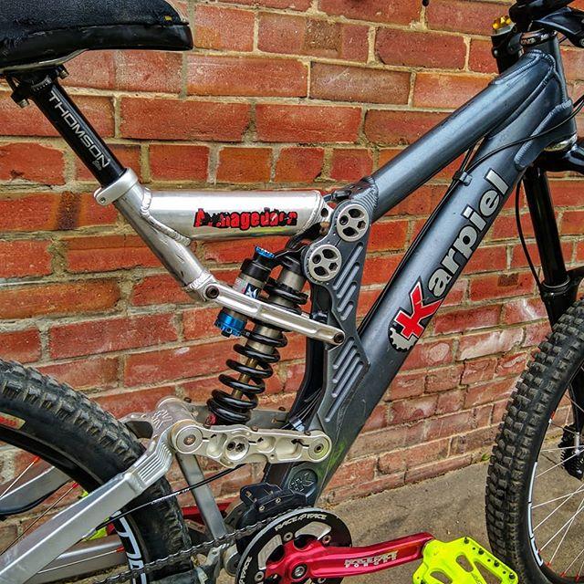 This Karpiel downhill bike got a custom wheel build (Stan's Flow rims, DT Hugi rear hub, Atomlab front hub) and brand new XT hydro brakes. Check out that rear suspension design 🤯 . . . . . . . #bike #mountainbike #downhillmountainbiking #downhillbike #freeride #trailbike #fullsend #fullsuspension #sendit #cyclingshots #karpiel #karpielbikes #sanmarcos #dtswiss #bikebuild #bicycle #baaw