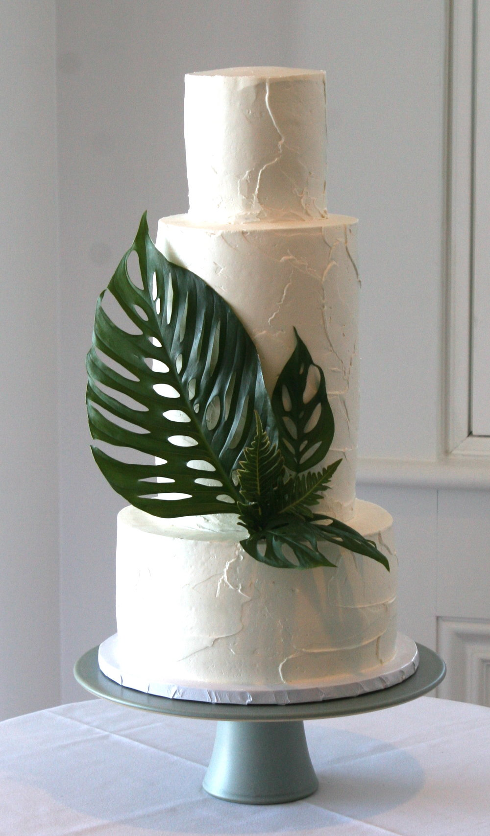 7 Fresh Greenery Ideas To Style Your Cake | Monsterra leaf cake by Cake Bloom