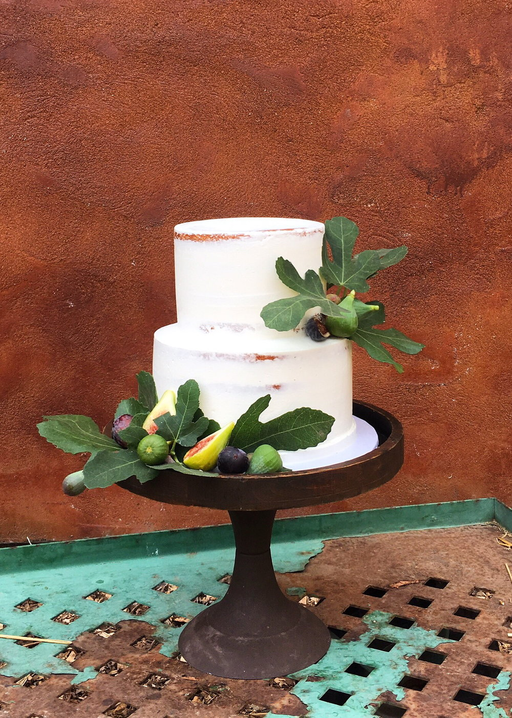 7 Fresh Greenery Ideas To Style Your Cake  | Fig Leaf cake by Cake Bloom