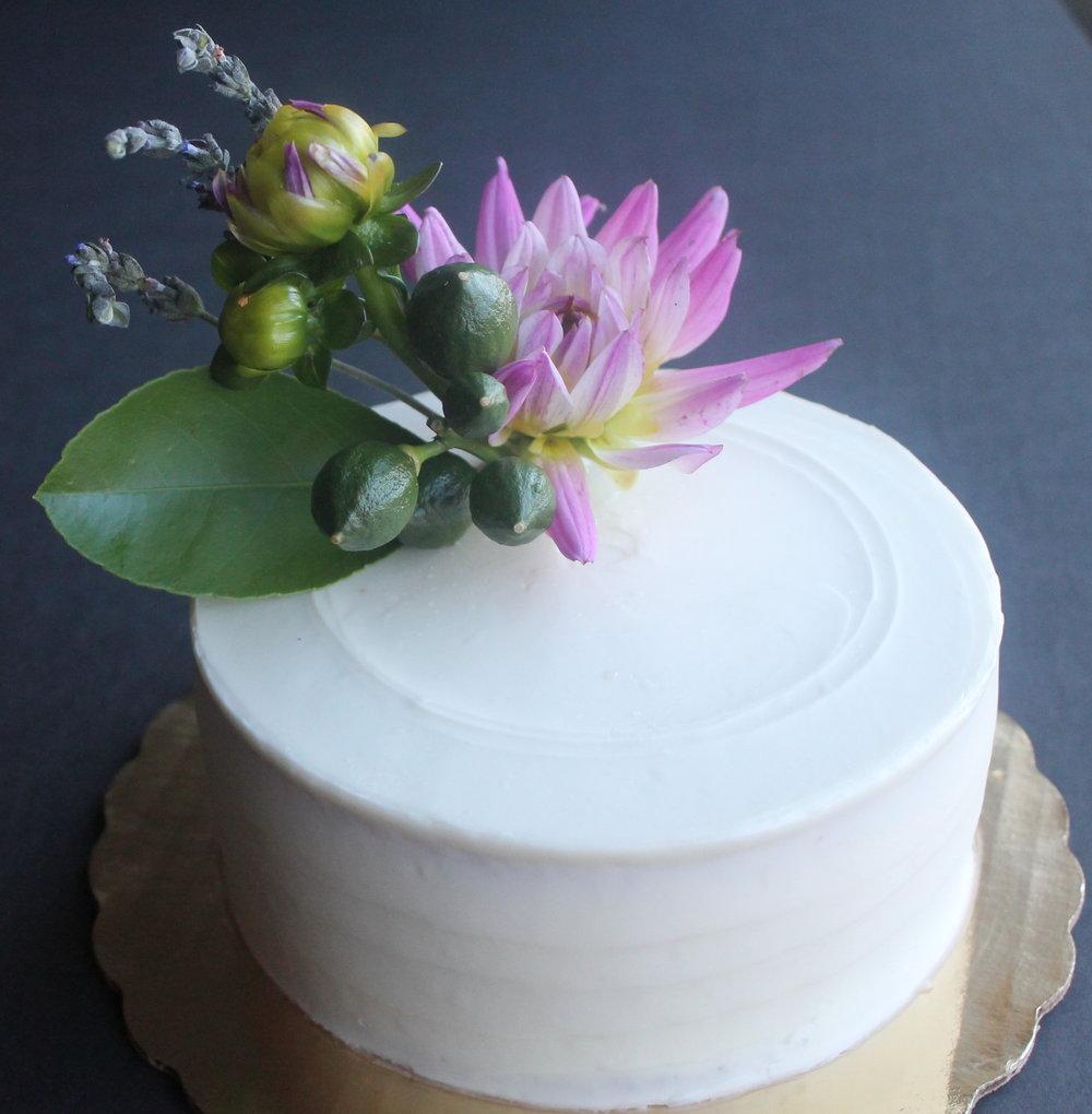 7 Fresh Greenery Ideas To Style Your Cake  | Lemon Leaf Cake by Cake Bloom
