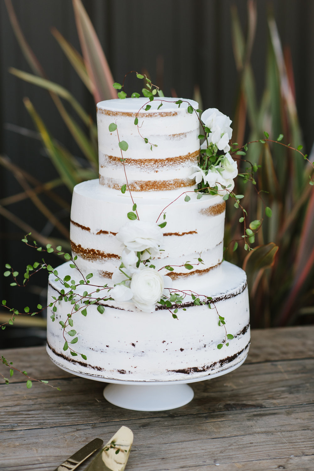 7 Fresh Greenery Ideas To Style Your Cake  | Angel Vine Cake by Cake Bloom | photo by Caitlin Oreilly