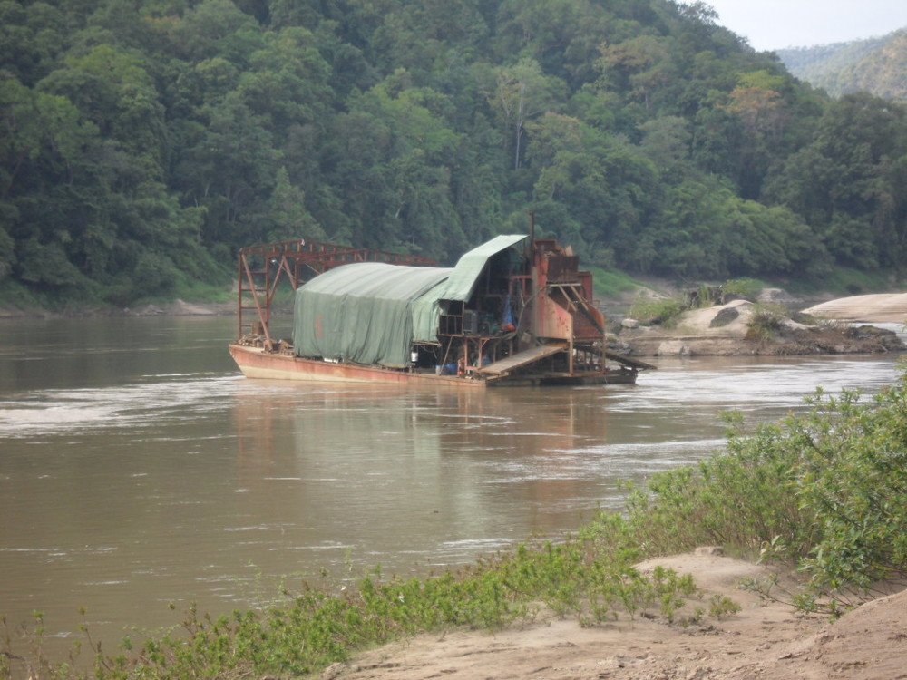Chinese ship illegally engaging in gold mining on the Salween