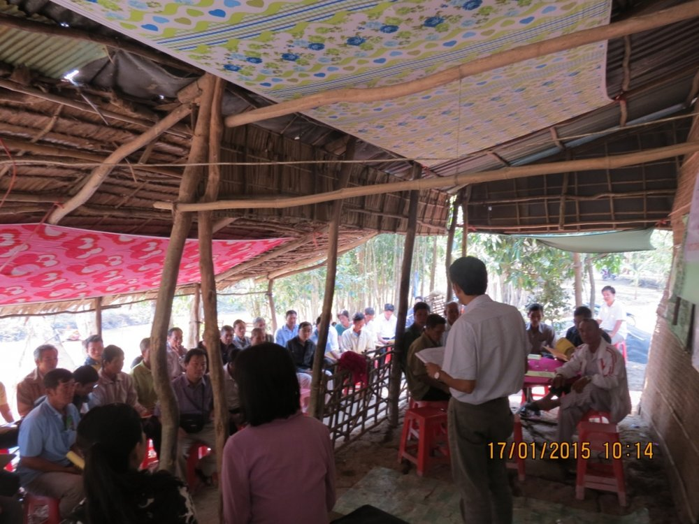 Village meeting with new and existing floating rice farmers in Luong An Tra commune, Tri Ton district, An Giang province in January 2015 (Photo by RECOVER Project Team).