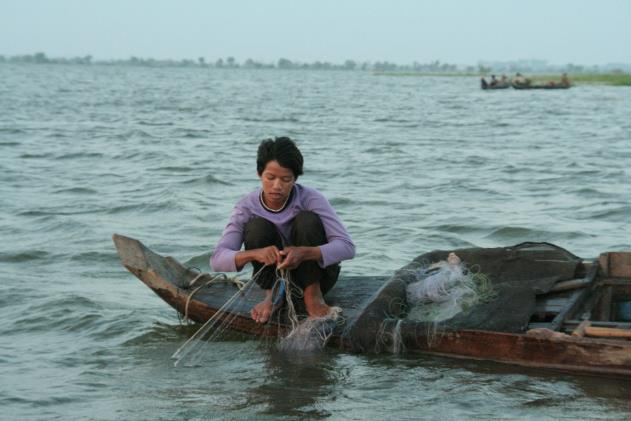 A small-scale fisher on Tonle Sap Lake, Cambodia, where migration is an increasingly common household livelihood strategty (Credit: Carl Middleton)
