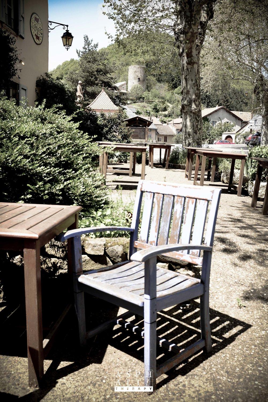 Le petit village de Murol et son château. Il est bon d'y prendre un café.