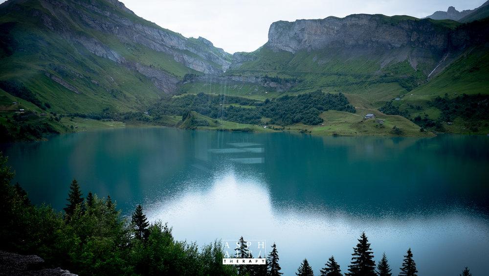 Vue de l'auberge sur le lac, avec en fond le Cormet du Roselend.