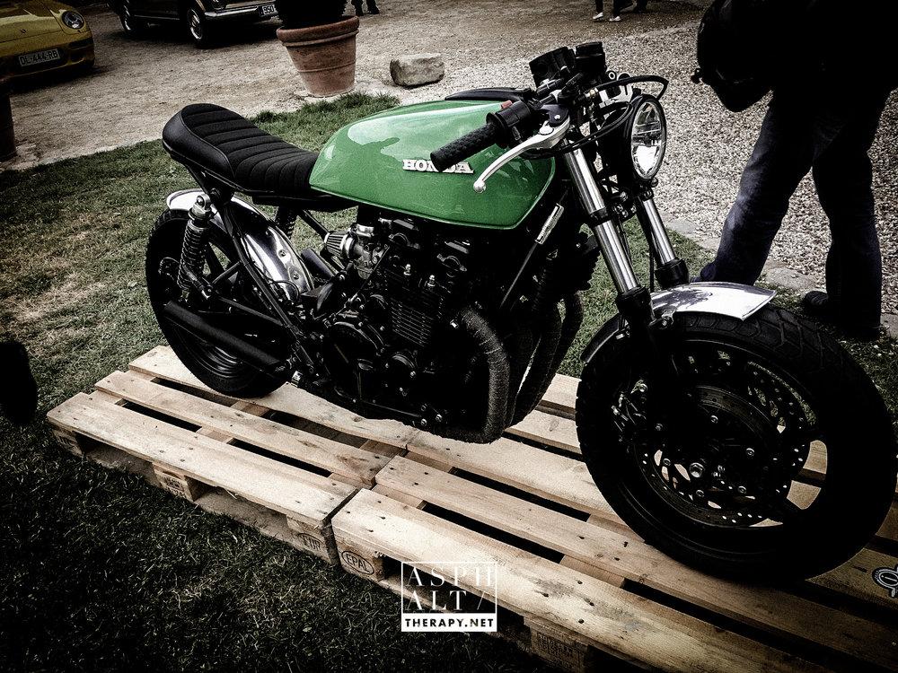 Un CB 750 modifié par Olli Motorcyles
