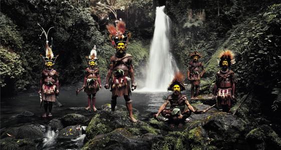 XV 66 - Tumbu, Hangu, Peter, Hapiya, Kati, Hengene & Steven Huli Wigmen, Ambua Falls, Tari Valley. Papua New Guinea, 2010 - 62 x 110 cm.jpg