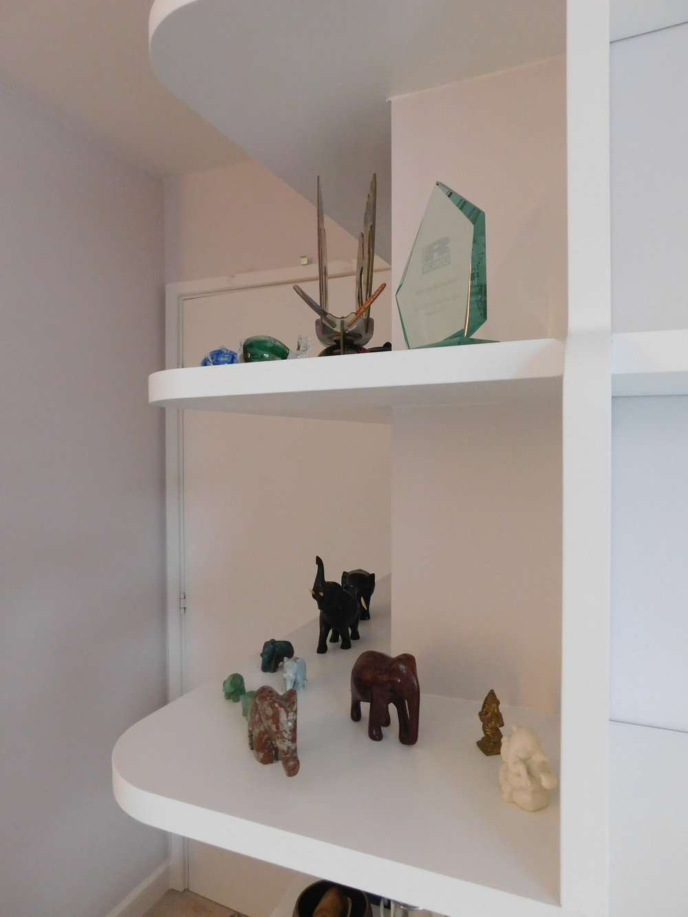 Wrap-around corner shelving