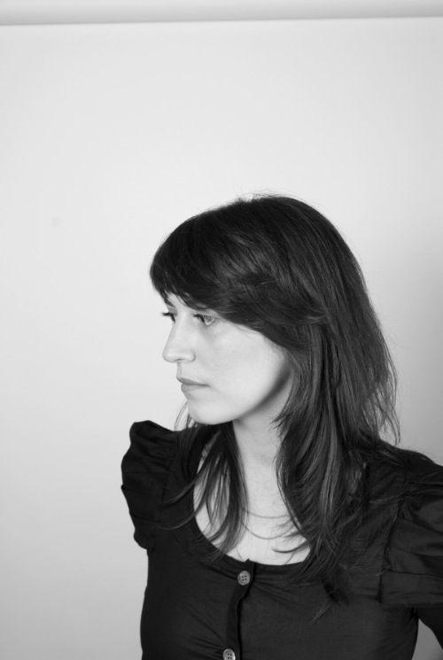 Madeleine MONTAIGNE   est designer industriel et graphique, diplômée de l'ENSCI-Les Ateliers. Elle vit et travaille à Paris, et s'intéresse à ce que transportent les objets, qu'ils soient en deux ou trois dimensions, de l'objet graphique à l'objet scénographique. À partir d'anecdotes hasardeuses, elle propose des objets où les limites de leurs fonctionnalités révèlent leurs usages. Ayant en main à la fois l'espace et l'objet, elle multiplie les cadres de projets et d'interlocuteurs, ainsi que la variété de contenus des missions et des réflexions.