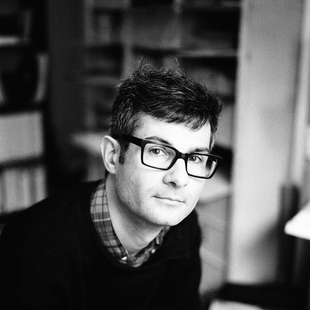 Vincent MENU a été formé à l'école Supérieure des Arts Décoratifs de Strasbourg, il est graphiste indépendant depuis 2000 et collabore avec différentes structures culturelles. Parallèlement, il développe une activité artistique. Il est également intervenant en design graphic à l'université Rennes 2 et en DSAA Rennes.