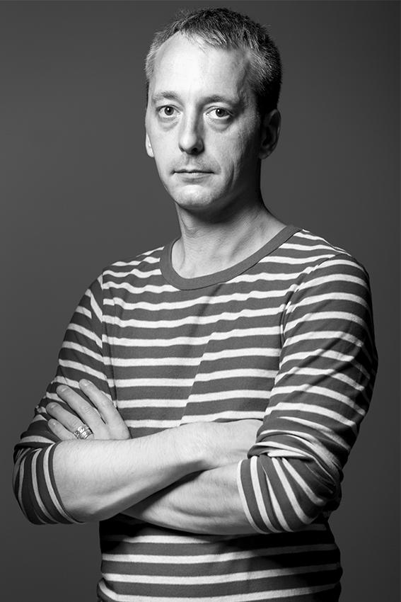 Sam BARON est né en France en 1976, il est diplômé en Design de l'Ecole des Beaux Arts de Saint Etienne et a obtenu un post diplôme à l'Ecole des Arts Décoratifs de Paris. Il est designer indépendant à dirigé le département Design de Fabrica, centre Italien de recherche en communications. Il positionne son regard dans notre quotidien tout en ancrant ses créations dans des recherches fonctionnelles et artistiques, alliées à des narrations culturelles et historiques.  Ses produits sont édités par des fabricants tels que Nodus en Italie, La Redoute en France, Vista Alegre au Portugal et en dehors des différents musées internationaux et galeries où sont exposées ses oeuvres, il a reçu le grand prix de la Ville de Paris et, en 2010, a été distingué par Philippe Starck comme l'un des créateurs les plus importants de la décennie.
