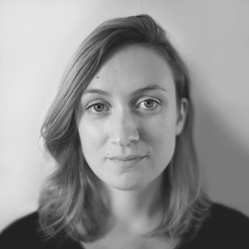Lucie LE GUEN   est diplômée de l'EESAB Rennes option design en 2014. Elle porte un intérêt particulier aux matériaux «nobles» et savoir-faire artisanaux, qu'elle questionne face aux outils numériques. Ses objets nécessitent différentes manipulations pour être activés, le dessin du geste prend toute son importance.