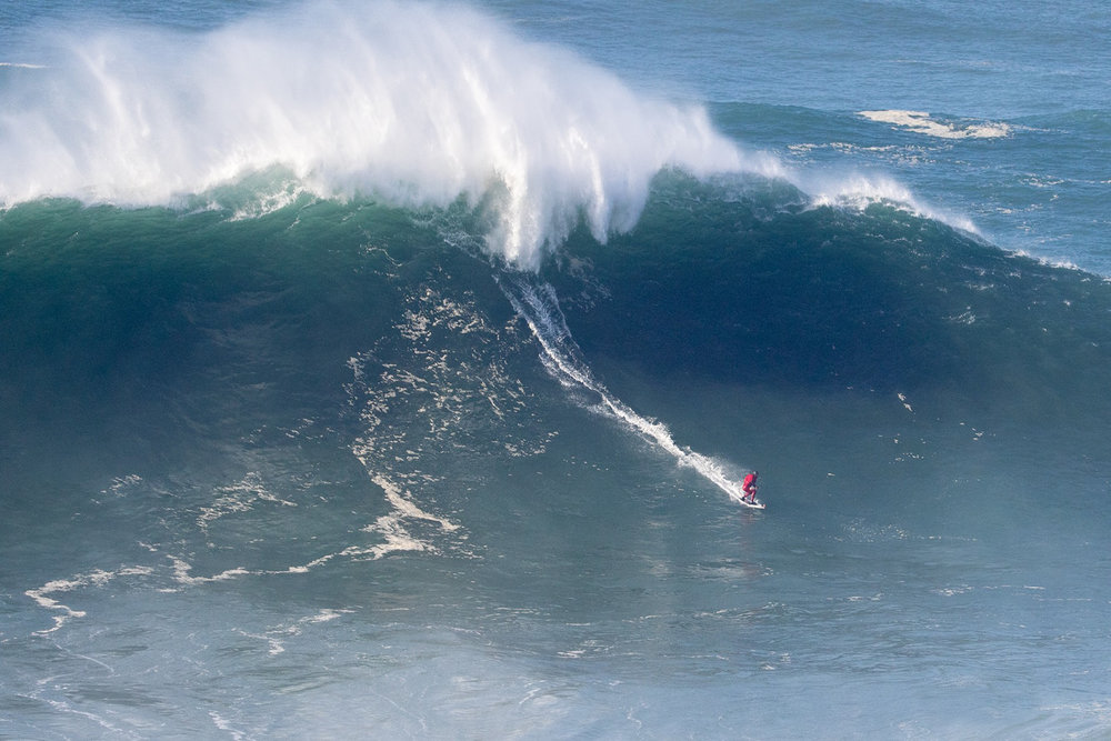 Marcelo Luna at Nazaré by Soares