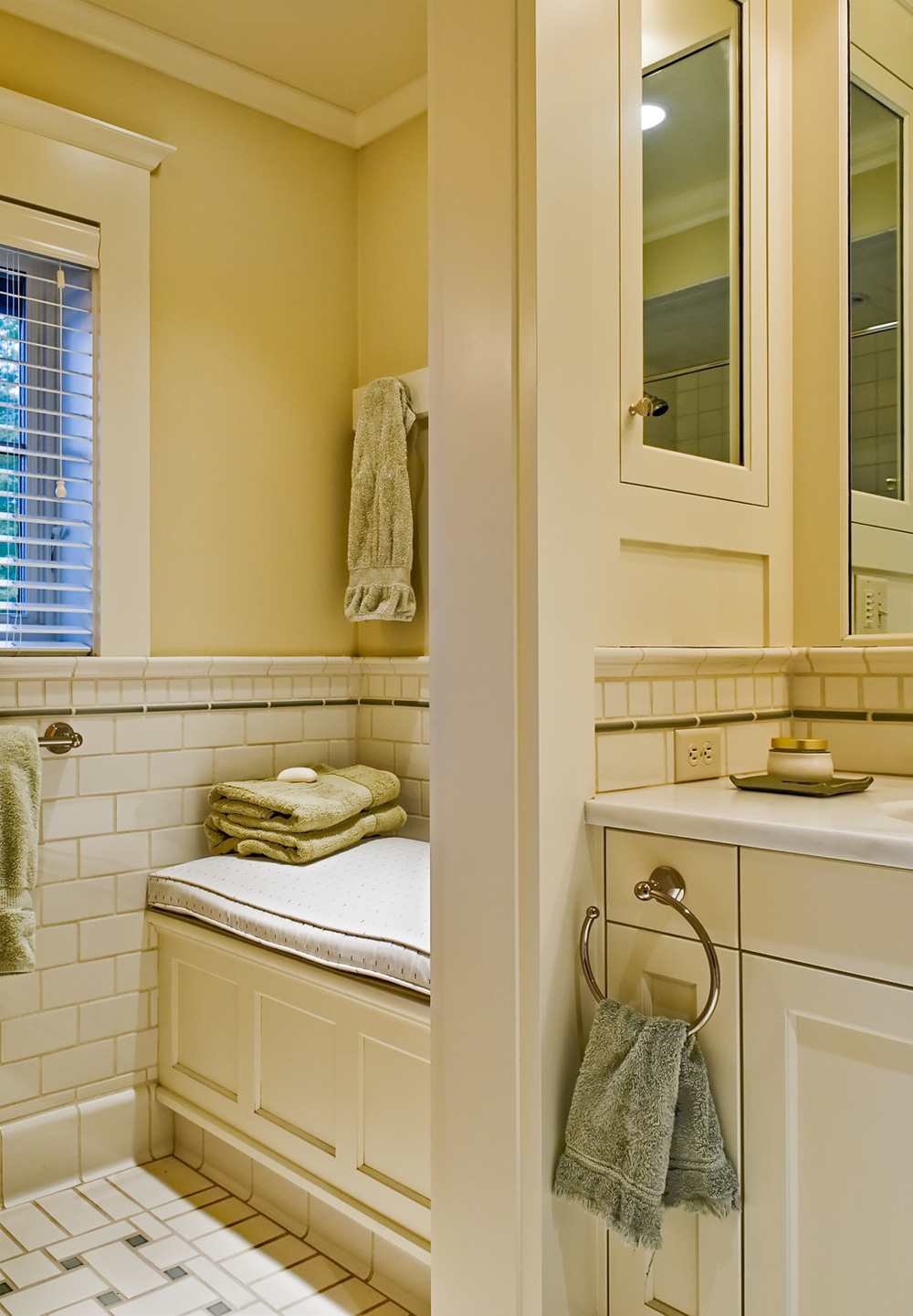 21 Window seat in guest bath.jpg