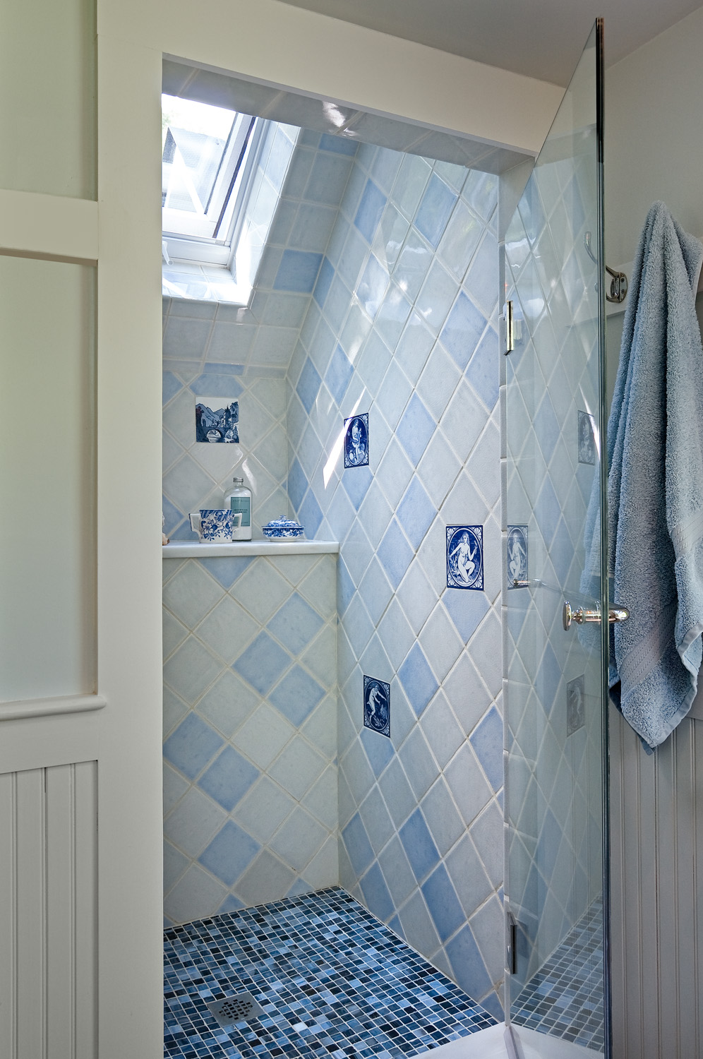 Modern Bathroom With Mosaic Tiles Component - Bathroom - knawi.com