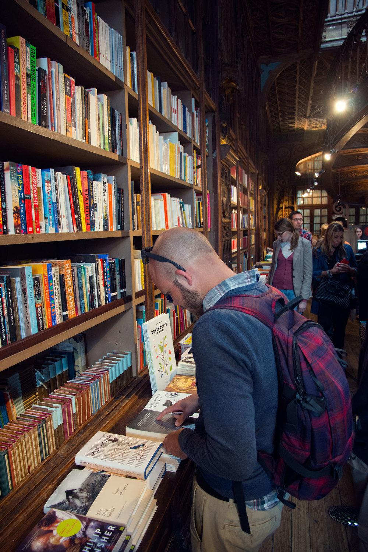 Dale reading the classics in Livraria Lello, bookstore.