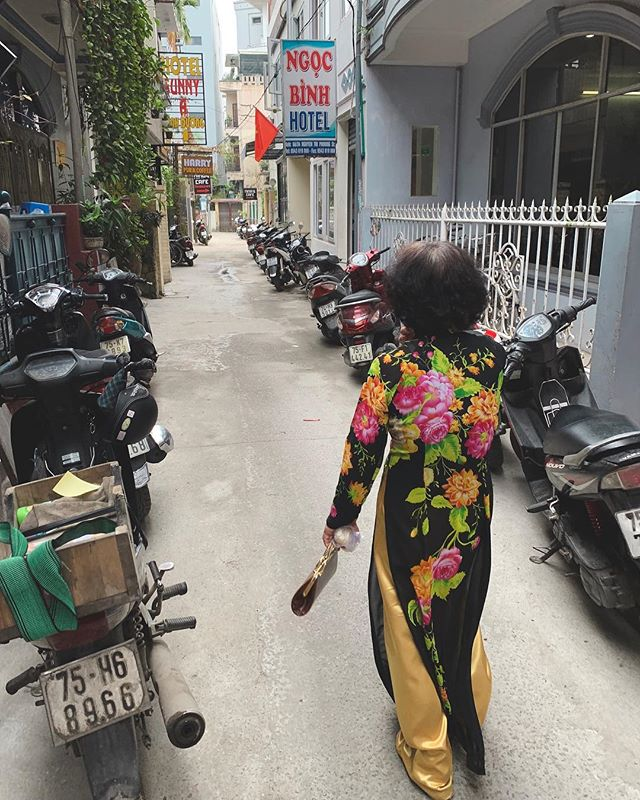 This Huén Lady was walking back from a wedding through the backstreets of the city, which is where we found so many incredible eateries. This was on the way to Nina's Cafe, where we had one of the best meals of our trip so far! . . . . . #huevietnam #hue #vietnamadventures #streetphotography #streetphoto #photoreportage #reportage #igtraveller #traditionaldress
