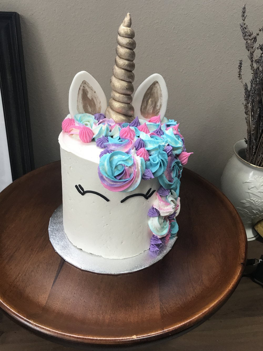 Unicorn Package includes - Rainbow buttercream, Fondant/Gumpaste Horn, Ears and Eyes. Colors and facial expression can be customized.