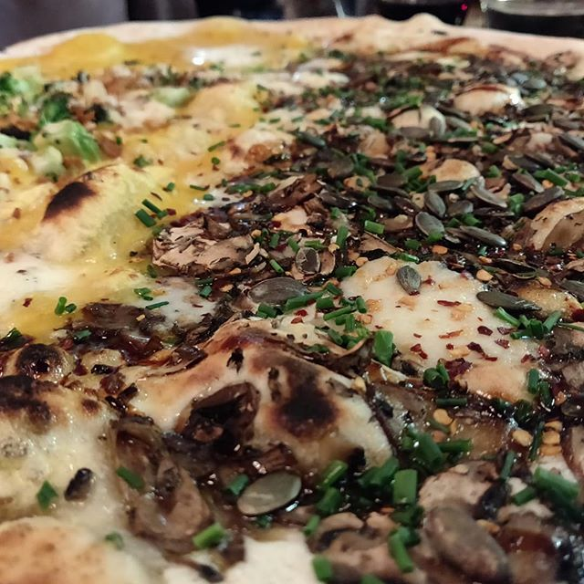 The mushroom, ricotta, chilli & pumpkin seed pizza @homesliceldn still absolutely kills it . . #londonfood #londonrestaurants #londonfoodie #eeeats #eatlondon #eeeeeats #londoneater #eaterlondon #instafood #pizza #pizzalondon #homeslice #coventgarden #coventgardenrestaurants #nealsyard