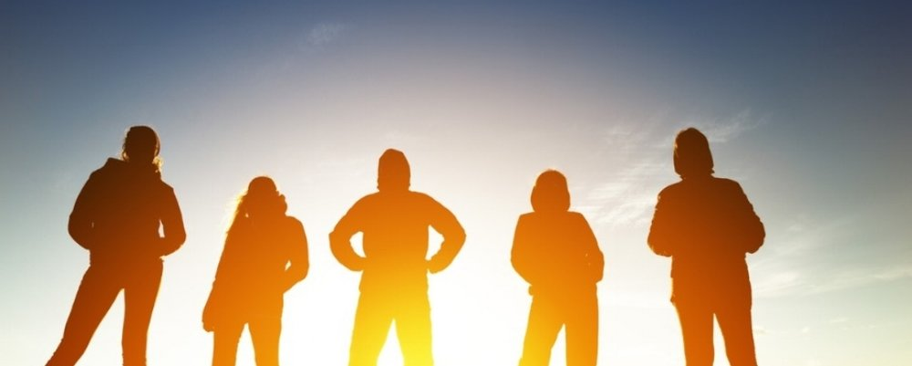 group-of-five-peoples-in-silhouettes-at-sunset-picture-id899192146.jpg