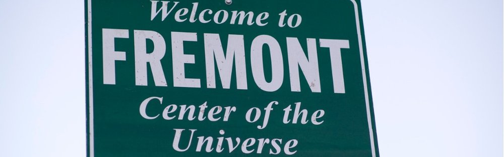 welcome-to-fremont-center-of-the-universe-seattle-picture-id607267262.jpg