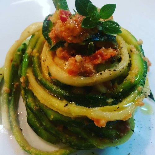 Spaghetti di Zucchine al Pesto di Pomodori secchi e Mandorle