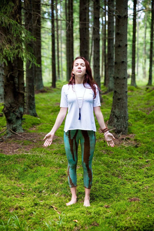 Shirt: White Enegrgy T – 49.00 €  Leggins: Green Fashion Forest – 49.00 €  Jewelry: Love Amplifier Mala – 99.00 €