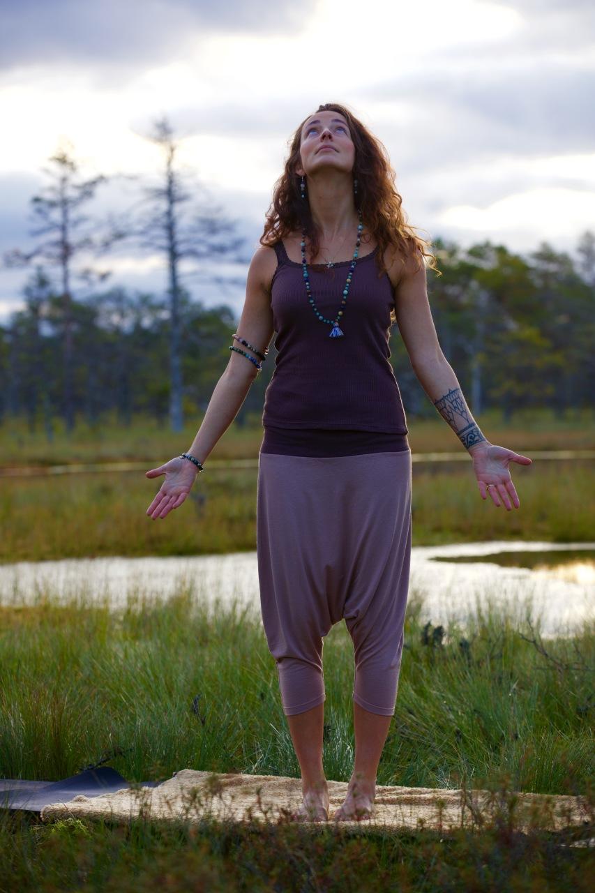 Top: Brown Organic Hot Yoga top – 29.00 €  Trousers: Babylon trousers – 59.00 €  Jewelry: I do Yoga with Maarja Mala – 99.00 €