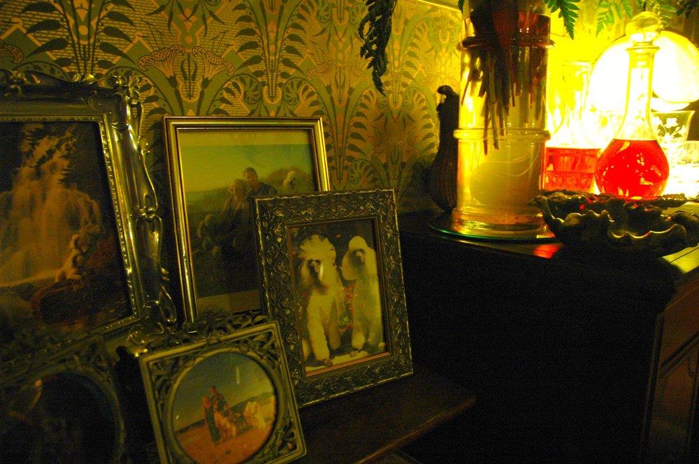 Phong cách ở các thời kỳ trước ví dụ như Art Nouveau thường bao phủtràn ngập họa tiết lên các đối tượng nhằm mục đích trang trí