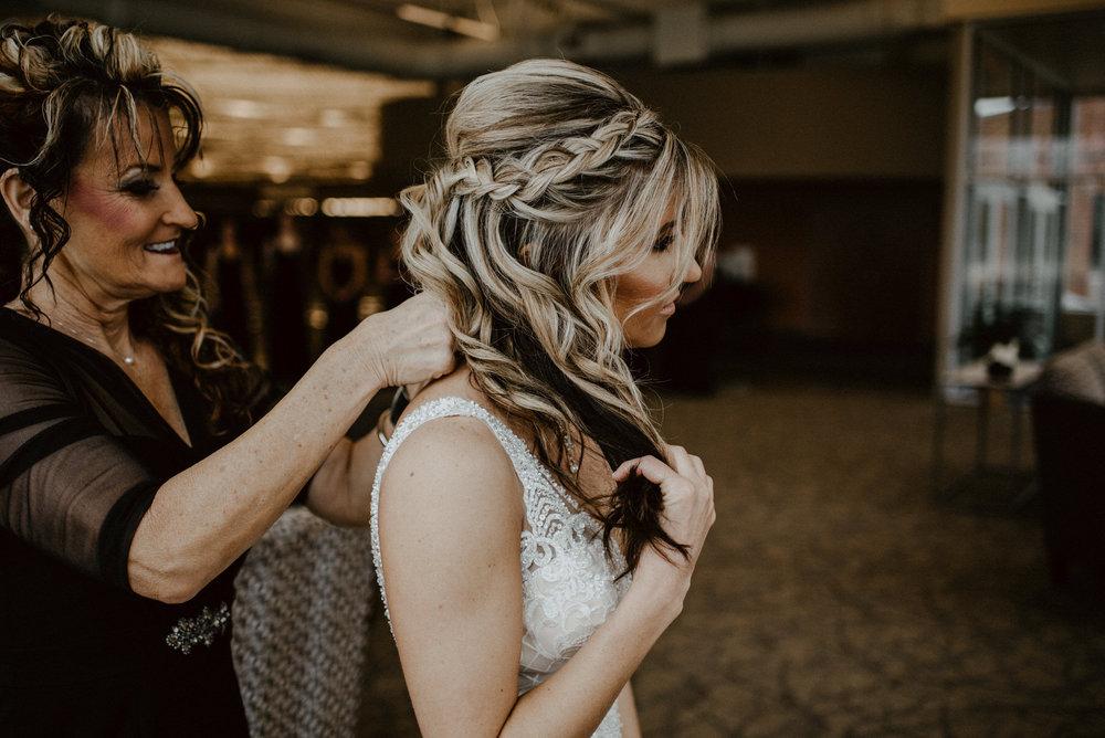 Kaylie-Sirek-Photography-Kearney-Wood-River-Nebraska-Babels-Barn-Wedding-014.jpg