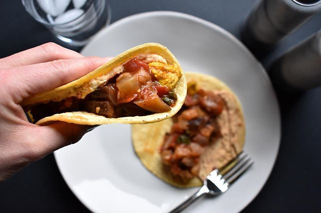 Looking for a healthy easy meal you can make and eat leftovers all week? Then you should try these Moroccan Chicken wraps- they are my favorite! Eggplant mint chutney, spicy hummus, spiced chicken on a tortilla 😋 (recipe from @thecozyapron ) #sperafoods