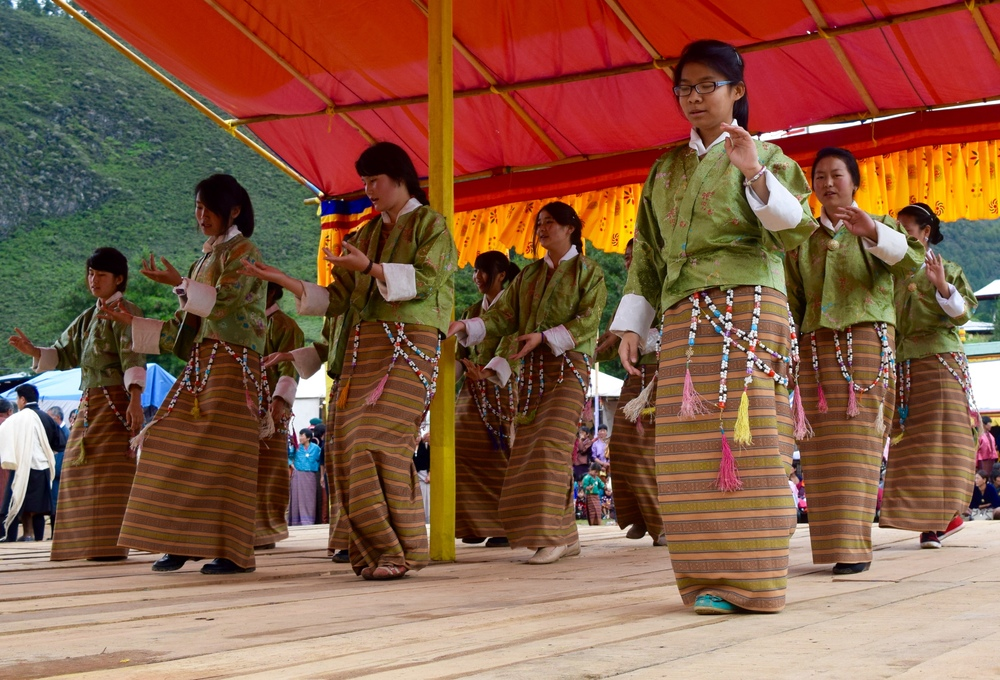 Female students performing to boedra (photo by Jessica Pickett)
