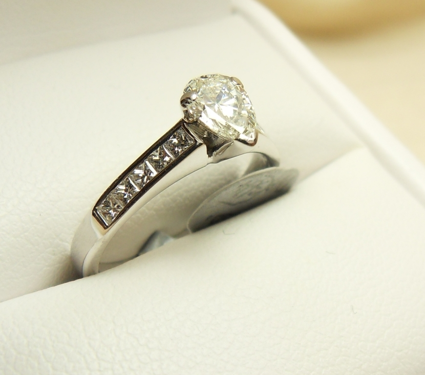 WB Antiques  - 18ct PEAR SHAPED DIAMOND RING.JPG