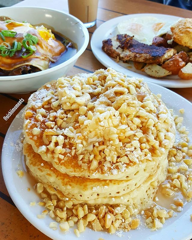 Whoa... This banana macadamia nut buttermilk pancake was delicious! 🥞🥞🥞 Especially topped with coconut syrup!!! That coconut and macadamia nut is sooo 🙆‍♀️🙆‍♀️... @JennEatsFood and I also enjoyed the kalua pork moco as well as their blackened fish & eggs breakfast special. 😋❤