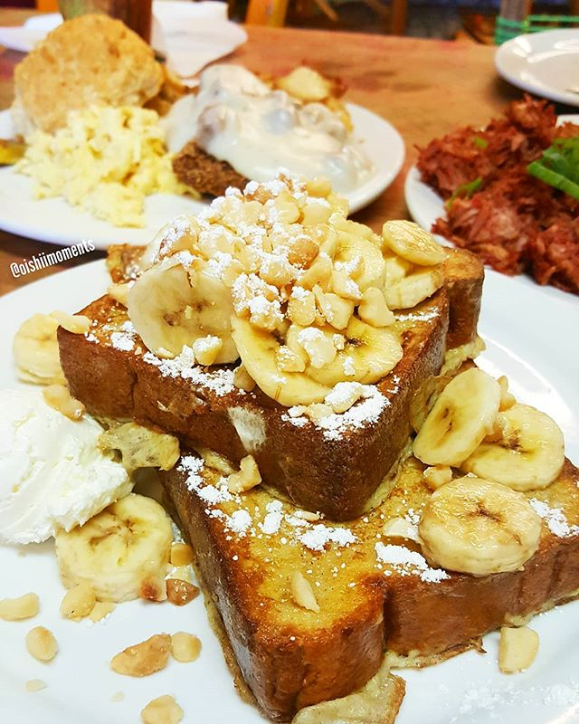 Back for their banana macadamia nut french toast because the pancake was beyond divine! ❤😙 @JennEatsFood and I also shared their chicken fried steak and fresh corned beef hash. It was just perfect!!! 🙆‍♀️🙆‍♀️