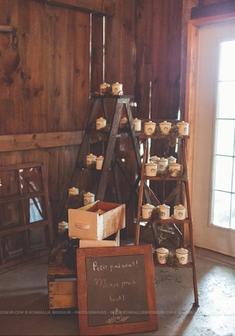 1072    Échelles en bois / Wooden Ladders    6