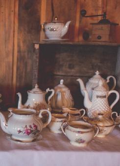 1042    Théière vintage assortis / Assorted Vintage Tea Pots    8