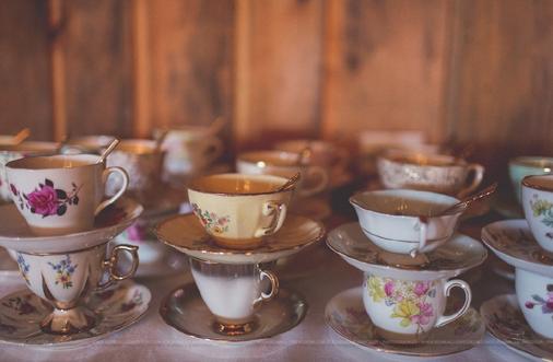 1037    Tasse à thé et soucoupes assortis / Assorted Tea Cups and Saucers    150