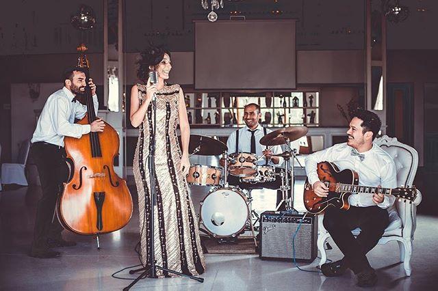 🔸Somos música 🔸Somos jazz 🔸Somos Vintage . . 👉🏼www.vbjazz.com . . Ph: @rebecapalavecino  Asistente: @navi.fernandez  Locación: Villa Vistello Vestido: @barzabalcouture  Tocado: María Fernanda Barr Estilismo: @ceciliavarese  Make up: @ritajaquelinesanchez  Pelo: Ver Sol #musicaparaeventos #vintageboulevard #music #livemusic #jazz #bossanova #wedding #photography #cordoba